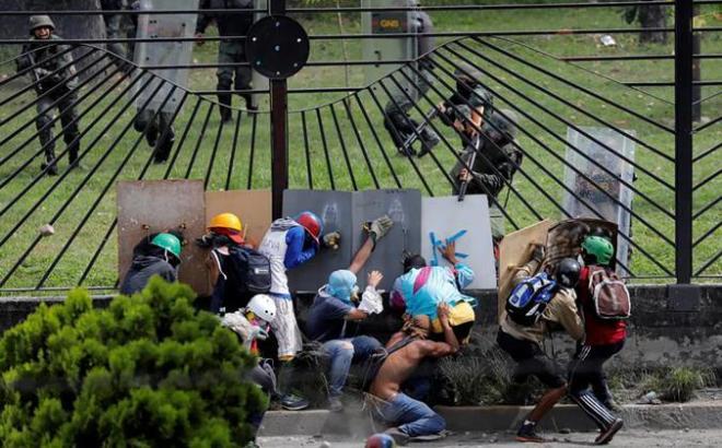 201707ame_venezuela_airbaseprotestors